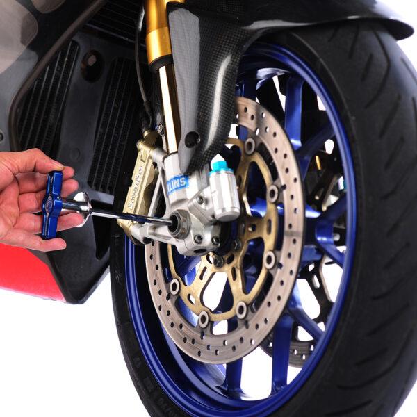 Axfix in den Hohlraum deines Motorrads schieben