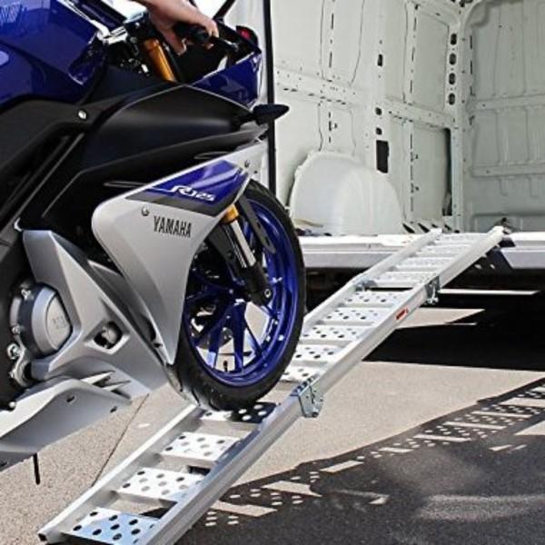 Motorrad mit der Auffahrrampe auf den Anhänger schieben